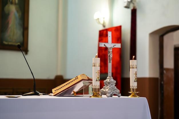 El altar de un sacerdote católico con una biblia sobre la mesa.