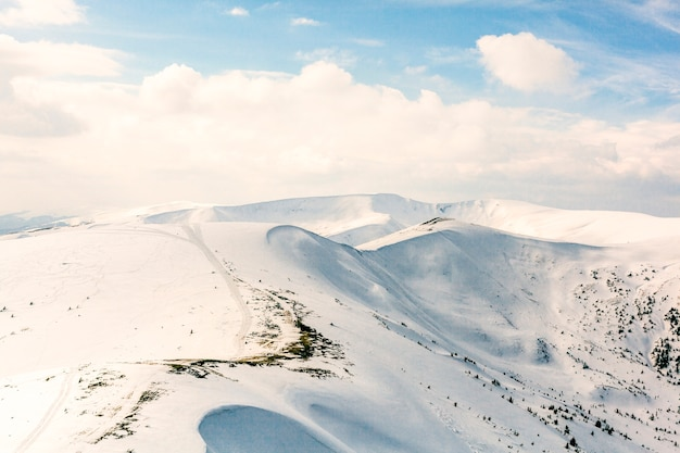 Altas montañas bajo la nieve en el invierno.
