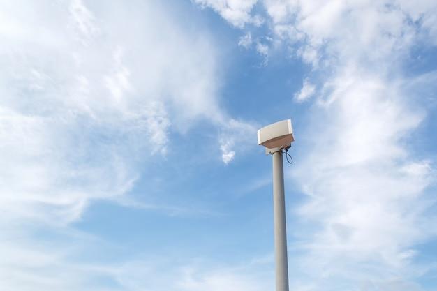 Altavoz al aire libre en poste en cielo azul