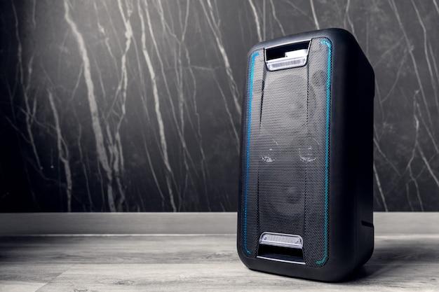 Altavoz bluetooth portátil sobre fondo oscuro