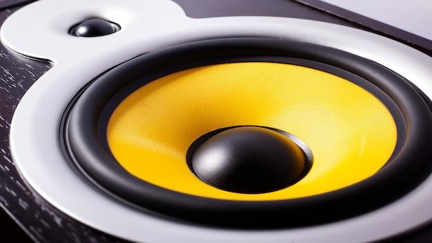 Altavoz de graves amarillo, escuchando música, audio del automóvil