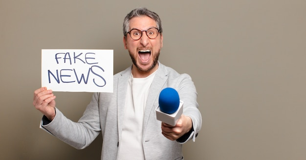 Altavoz de hombre de mediana edad. concepto de noticias falsas