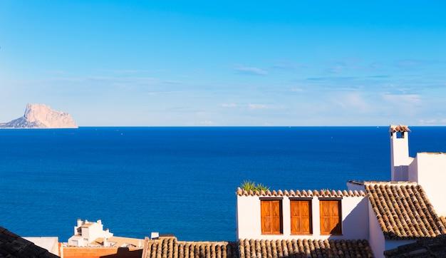 Altea pueblo antiguo en blanco típico mediterráneo en alicante.