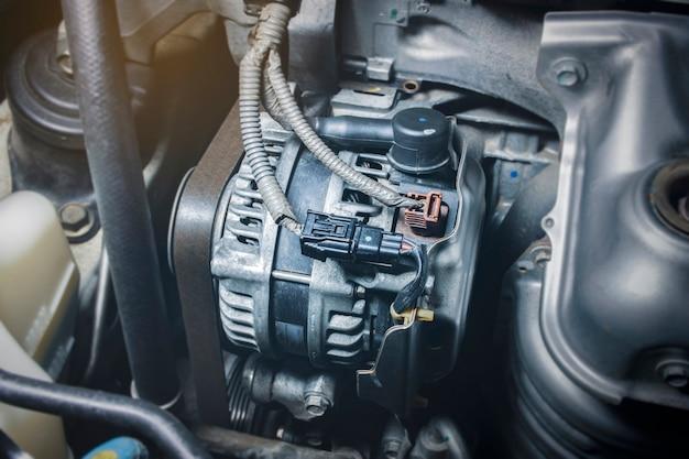 Alternador de coche y correa de distribución del motor.