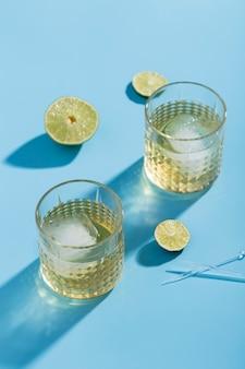 Alto ángulo acristalado con limonada y cubitos de hielo