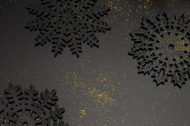 Alto ángulo de adornos navideños con brillo dorado