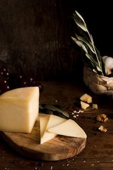 Alto ángulo buffet de queso en la mesa