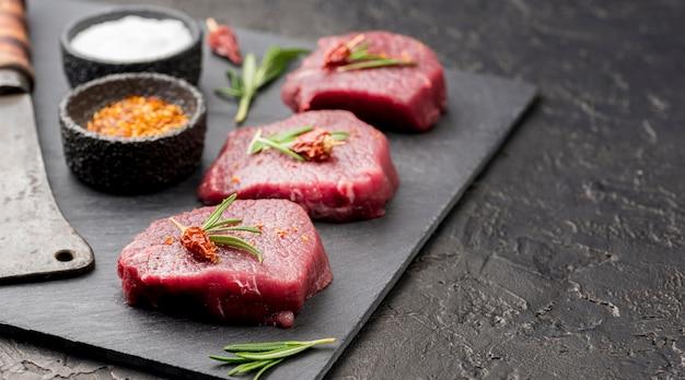 Alto ángulo de carne con cuchilla y especias.