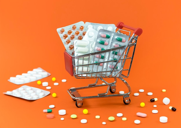 Alto ángulo del carrito de compras con láminas de pastillas