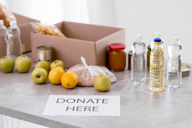 Alto ángulo de comida para donación.
