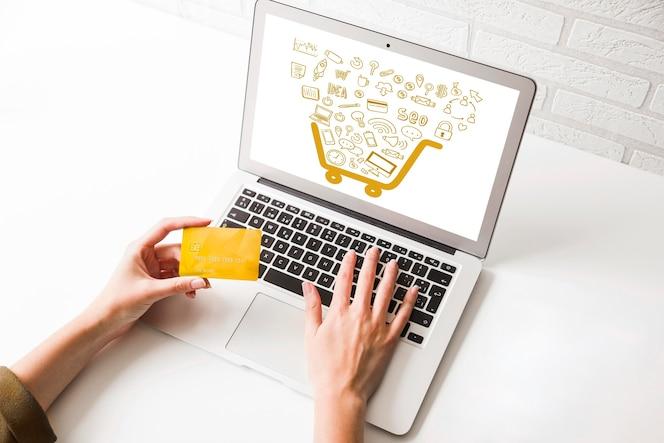 Alto ángulo de compras en línea en la computadora portátil