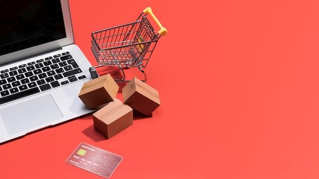 Alto ángulo de compras en línea con espacio de copia