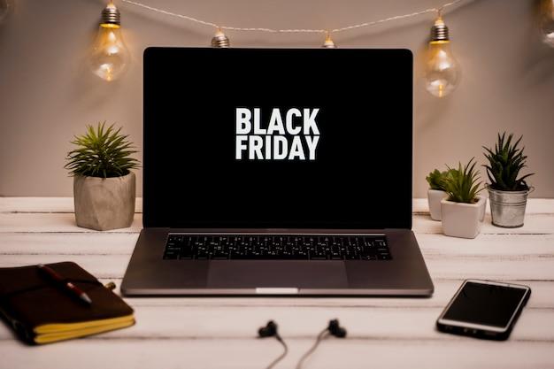Alto ángulo de la computadora portátil con viernes negro en el escritorio