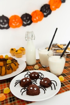 Alto ángulo del concepto de arreglo de comida de halloween