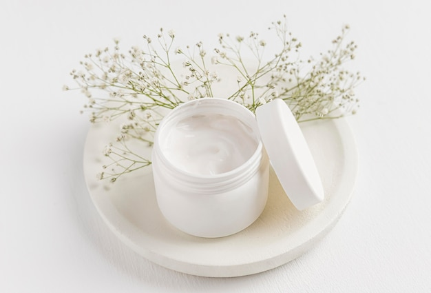 Alto ángulo del concepto de crema natural.