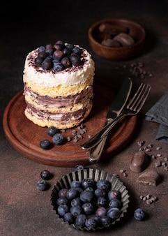 Alto ángulo de concepto de delicioso pastel de chocolate