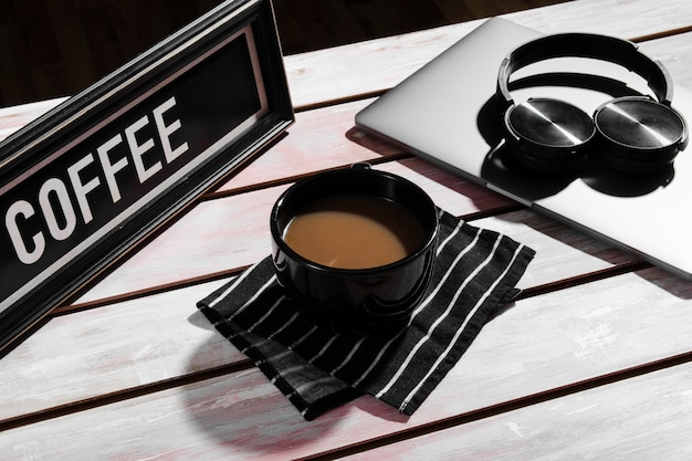 Alto ángulo del concepto de escritorio en mesa de madera