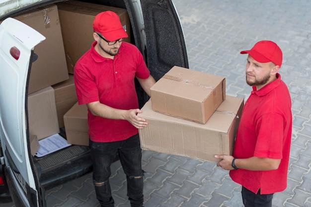 Alto ángulo de concepto de hombres de entrega