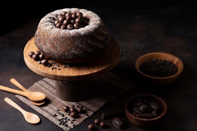 Alto ángulo del concepto de pastel de chocolate