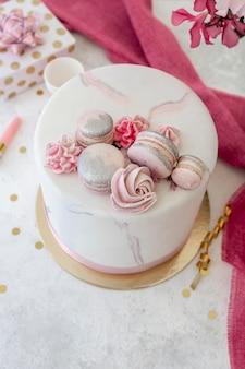Alto ángulo del concepto de pastel de cumpleaños