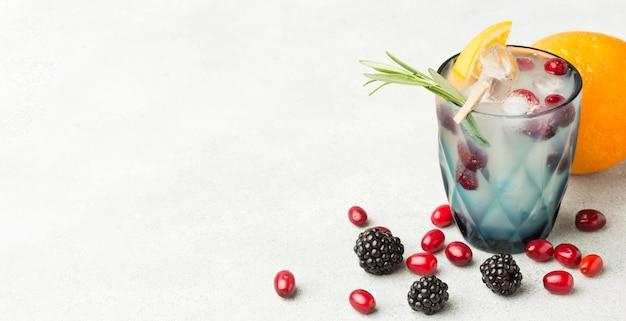 Alto ángulo de copa de cóctel de frutas con espacio de copia
