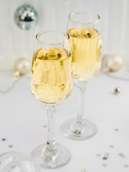 Alto ángulo de copas de champán burbujeantes