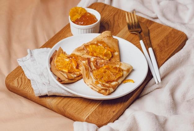 Alto ángulo de crepes de desayuno con mermelada