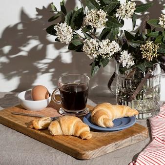 Alto ángulo de croissants en un plato con café