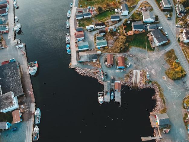 Alto ángulo de cuerpo de agua y edificios