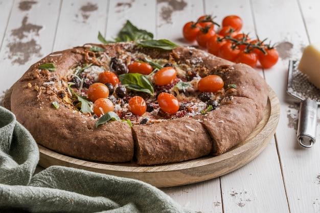 Alto ángulo de deliciosa pizza en rodajas