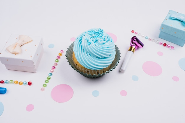 Alto ángulo delicioso cupcake y presente