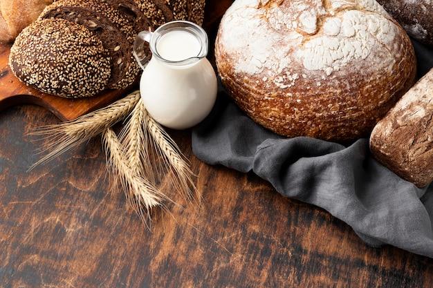 Alto ángulo de delicioso pan con espacio de copia