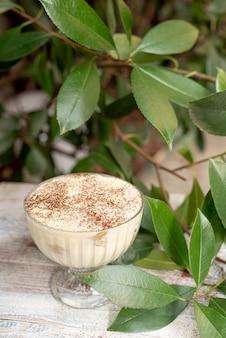 Alto ángulo de delicioso postre en mesa de madera