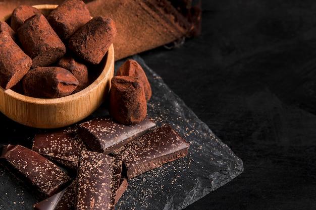 Alto ángulo delicioso snack de chocolate