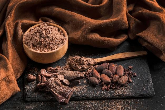 Alto ángulo delicioso surtido de chocolate sobre tela oscura