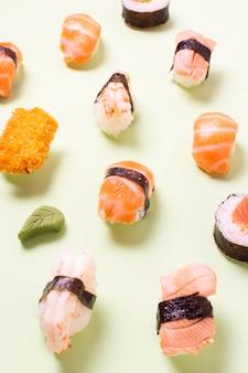 Alto ángulo delicioso sushi
