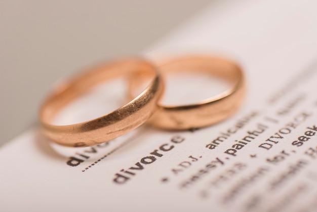 Alto ángulo dos anillos de bodas de oro