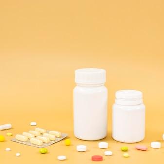 Alto ángulo de envases de pastillas y papel de aluminio