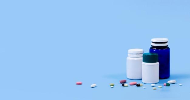 Alto ángulo de envases de plástico con pastillas y espacio de copia