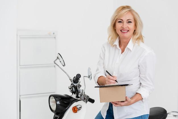 Alto ángulo femenino trabajando para la entrega