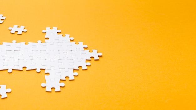 Alto ángulo de flecha hecha de piezas de rompecabezas
