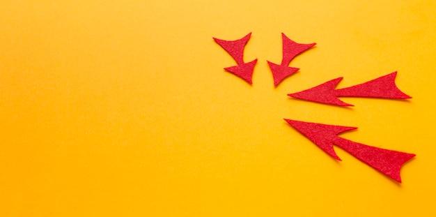 Alto ángulo de flechas rojas apuntando a algo