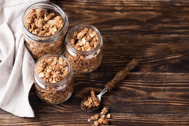 Alto ángulo de frascos con cereales para el desayuno