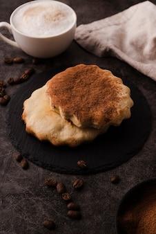 Alto ángulo de galletas con cacao en polvo en la parte superior