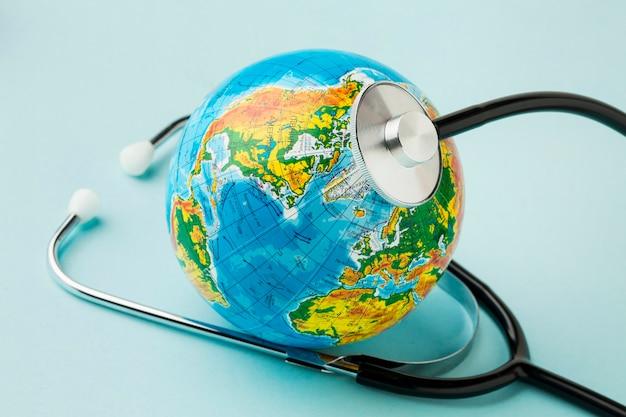 Alto ángulo del globo con estetoscopio para el día de la paz