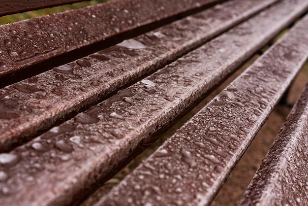 Alto ángulo de gotas de agua en un banco