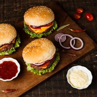 Alto ángulo de hamburguesas y ketchup.
