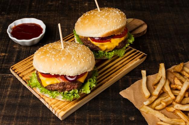 Alto ángulo de hamburguesas y papas fritas.