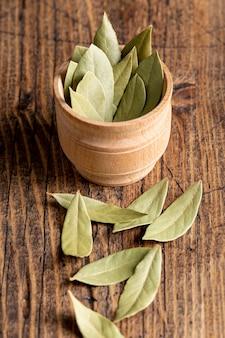 Alto ángulo de hojas de laurel en un tazón