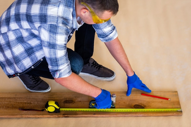 Alto ángulo del hombre trabajando en madera